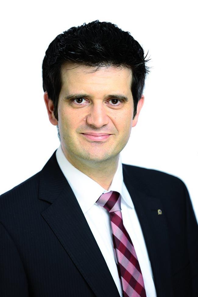 """Andreas Metzler ist neuer Leiter des Vermögensmanagements der Sparkasse Holstein in Hamburg  Andreas Metzler ist neuer Leiter des Vermögensmanagements der Sparkasse Holstein in Hamburg. Damit hat er die Position von Helge Schoof übernommen, der sich auf eigenen Wunsch neuen Herausforderungen in der Sparkasse Holstein stellt. Gemeinsam mit seinen Teams an den Standorten in Barmbek, Bramfeld, Rahlstedt, Sasel, Volksdorf und Wandsbek ist Metzler nun für die anspruchsvollen Bedürfnisse der vermögenden Kunden der Sparkasse Holstein in Hamburg vor Ort.  """"Dabei ist es mir wichtig, dass wir unsere Kunden ganzheitlich beraten – also ihre persönlichen Situationen sowie ihre langfristigen Ziele kennen und verstehen, denn nur so können wir maßgeschneiderte Empfehlungen entwickeln"""", betont Andreas Metzler und ergänzt: """"Auch für Ärzte, Apotheker und andere Heilberufler haben wir immer ,das richtige Rezept': Mit unserem HeilberufeCenter spezialisieren wir uns auf die besonderen Ansprüche dieser Kunden.""""  Andreas Metzler hat das Bankgeschäft von der Pike auf gelernt: Nach seiner Ausbildung zum Bankkaufmann und anschließender Tätigkeit als Kundenberater war er zunächst als Vertriebstrainer und später als Filialleiter in Schleswig-Holstein und Hamburg tätig. Zuletzt hat er seit Anfang 2011 das VermögensmanagementCenter der Sparkasse Holstein in Norderstedt geleitet. Berufsbegleitend hat der 42-Jährige sich an der Frankfurt School of Finance & Management zum Bankbetriebswirt weitergebildet. Den Ausgleich zum beruflichen Alltag findet Andreas Metzler auf Reisen und beim Sport. Zudem verbringt er viel Zeit mit seiner Familie, mit der er in Hamburg lebt, und engagiert sich ehrenamtlich im Lions Club für die Unterstützung gemeinnütziger Einrichtungen und Projekte. (Anzeige)"""
